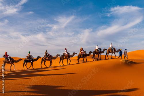 Fotobehang Kameel Karawane in den Dünen der Sahara bei Merzouga (Erg Chebbi); Marokko