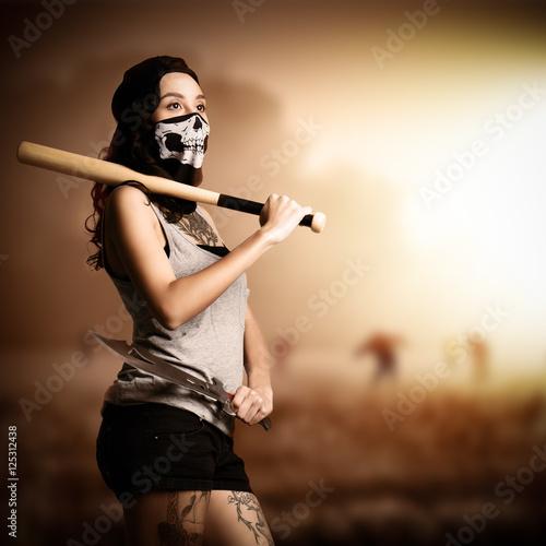 junge tätowierte Frau mit Baseballschläger und Machete macht sich für Zombieanku Poster