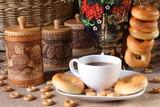 Кружка с чаем, выпечка и домашняя утварь.