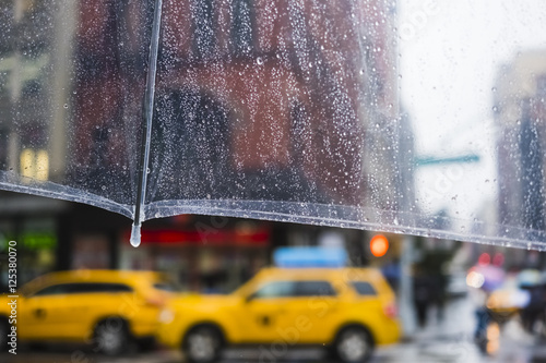 Papiers peints New York TAXI raining in New York City