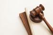 adalet ve hukuk sembolleri hakim tokmağı ve adalet terazisi