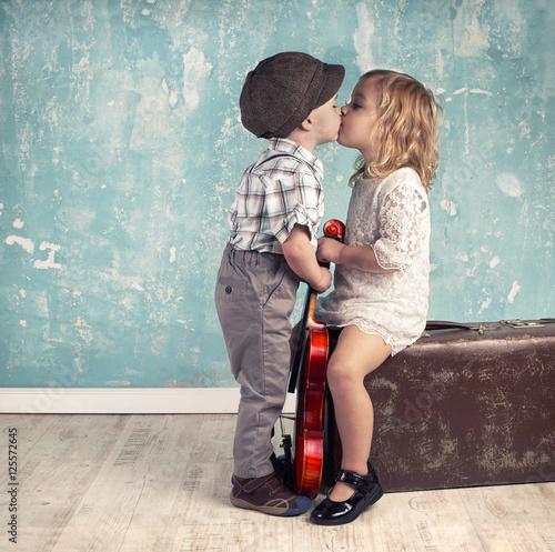 Plakat zwei Kinder geben sich ein Küsschen, retro