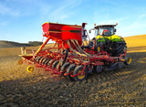 Tracteur de labour sur un champ de terre