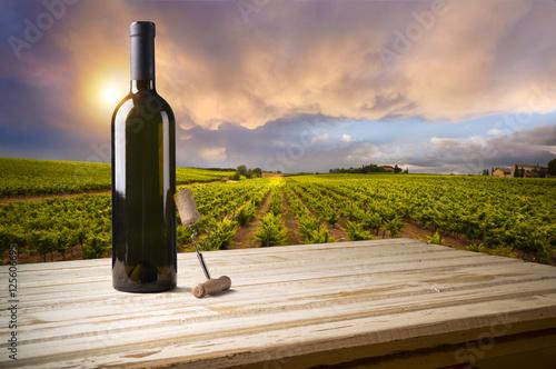 biale-wino-z-beczka-na-winnicy-w-chianti-toskania