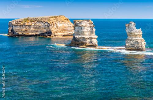 Poster Limestone rocks over the ocean, Great Ocean Road, Australia