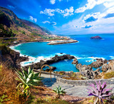 Cala i morze.Isla de Tenerife.Canarias.Large morza i skały wulkanicznej.Pod wycieczki i przygody wzdłuż wybrzeża.Vegetation i urwisko pod promieniami słońca