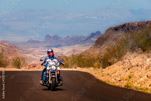 Foto op Plexiglas Route 66 Biker driving on the Highway on legendary Route 66 to Oatman, Arizona.