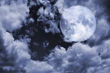 Pleine lune et ciel nuageux la nuit. Lune courtoisie NASA.
