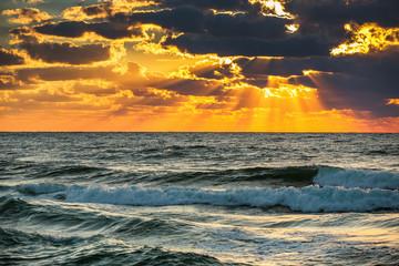 Fototapeta piękny zachód słońca nad morzem