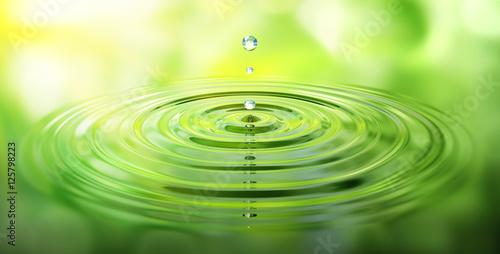 Krople wody i fale z zielonym refleksji