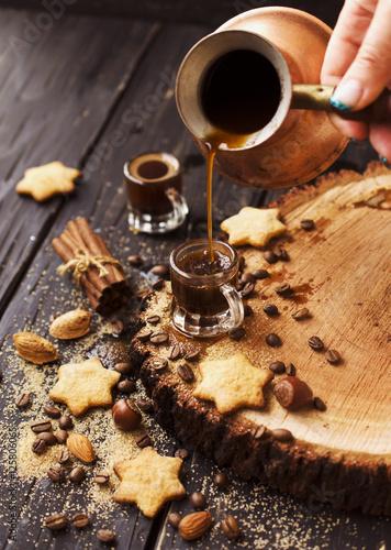 turecka-kawa-w-malej-filizance-ciastka-selekcyjni