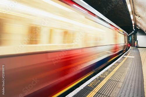 Pociąg podziemny w ruchu