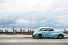 LA HAVANE, CUBA - 18 mai 2011: Voiture classique American vintage servant des lecteurs de taxi le long du Malecon en bord de mer, un endroit populaire pour socialiser à La Havane centrale.