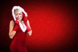 attraktive Weihnachtsfrau vor Weihnachtshintergrund