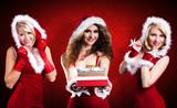 attraktive Weihnachtsfrauen mit Geschenken