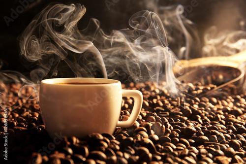 Papiers peints Café en grains Roasted coffee beans with cup on dark background