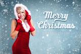 attraktive Weihnachtsfrau vor eisigem Hintergrund mit