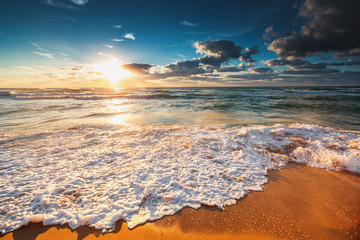 Fototapeta piękna plaża o zachodzie słońca