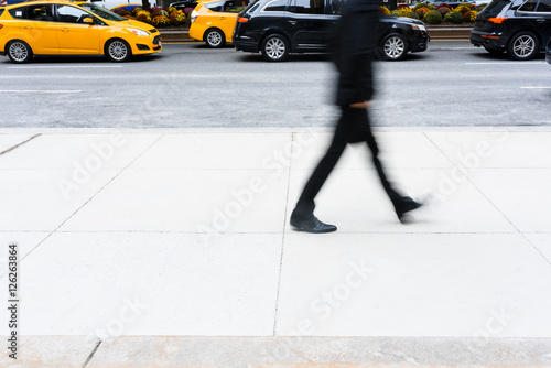 Deurstickers New York TAXI Office person walking down the street passing by taxi