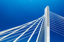 blanc belle structure de pont du Millénaire sur le ciel bleu clair à Podgorica, au Monténégro