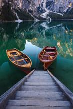 Bateaux sur le lac Braies (Pragser Wildsee) dans les Dolomites mounta