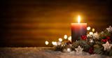 Kerze mit festlicher Dekoration und Holz Hintergrund, ideal für Advent und Weihnachten