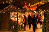 Weihnachtliche Hütten und Verkaufsstände des Stuttgarter Weihnachtsmarkt  - 126432070