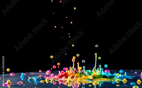 Bryzgający atrament kolorowy na czarnym tle
