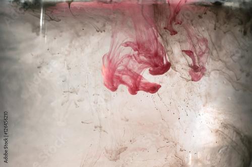 bialy-i-czerwony-rozowy-atrament-w-wodzie-oswietlenie-slonca