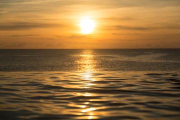 Fototapet zachód słońca nad spokojnym morzem