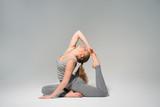 девушка практикует йогу