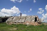 разрушенное здание фермы на фоне синего неба
