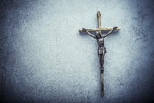 Krucifix Jesus på korset med sten bakgrund. Symbol för kristen religion och tro. Bild sammansatt med kopia utrymme.
