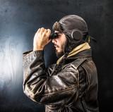 pilota vintage che guarda attraverso il binocolo