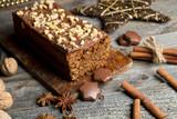 Pyszne ciasto piernikowe na drewnianym tle - 126871416