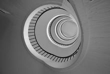 vue tour d'escalier du fond en noir et blanc