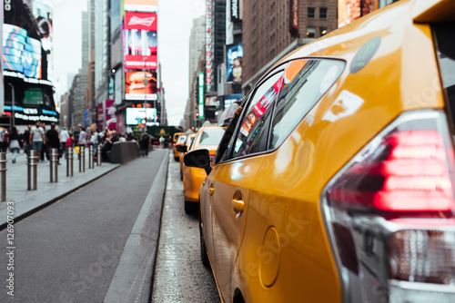 Papiers peints New York TAXI Taxi cabs on busy Time Square road
