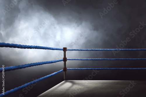 Póster View of a regular boxing ring surrounded by blue ropes