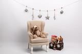 Decoración navideña con sillón infantil sobre fondo blanco.