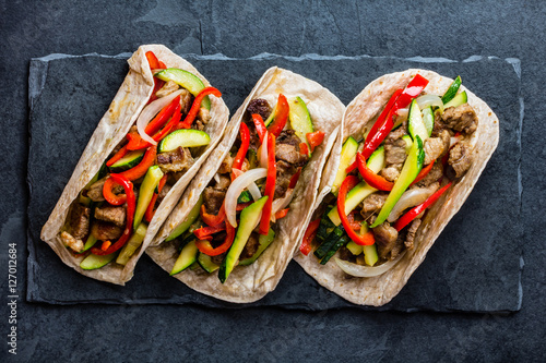 Valokuva Mexican pork tacos with vegetables. Top view