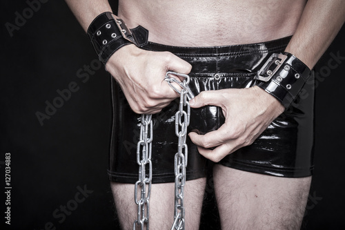 dominanter mann in latex shorts mit stahl kette Poster