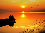 enamorados mirando la puesta de sol