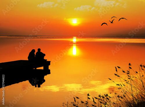 Poster Baksteen enamorados mirando la puesta de sol