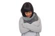 Attraktive junge Frau kuschelt sich in einen Pullover