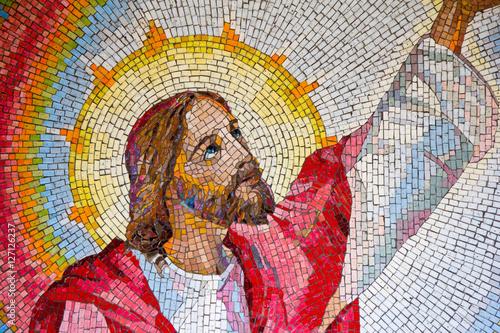 MEDZIUGORJE, BOŚNIA I HERCEGOWINA, 2016/11/11. Mozaika Jezusa Chrystusa głoszącą królestwo Boże wraz z wezwaniem do nawrócenia. Trzecia świetlista tajemnica różańca.