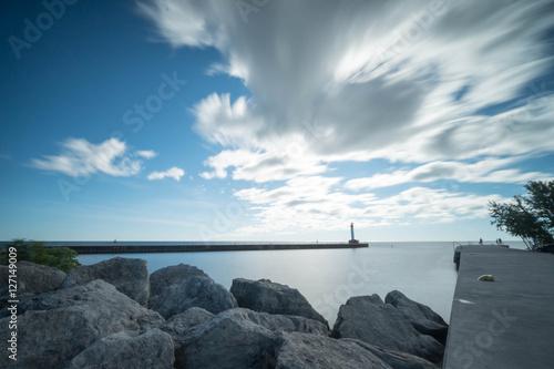 In de dag Toronto Lake Ontario and a pier in Oakville near Toronto