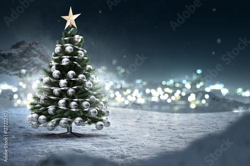 Weihnachtsbaum in Schneelandschaft