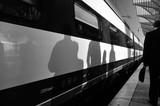 Schatten von Menschen auf einem Zug am Bahnhof Oriente in Lissabon Portugal - 127230666