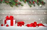 Weihnachten Holz Hintergrund mit Geschenk und rotem Band, Kugeln, Tannenzweigen und Schnee