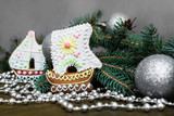 Имбирные пряники корабли на новогоднем фоне